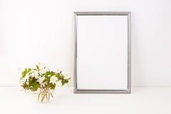 Zilveren kadermodel met Rue Anemone-bloemen stock fotografie