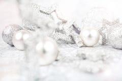 Zilveren Kerstmisachtergrond stock afbeeldingen