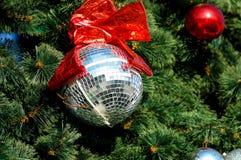 Zilveren Kerstmisdecoratie op boom dichte omhooggaand Stock Afbeelding