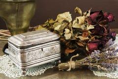 Zilveren Kist, juwelen/trinket doos met droge rozen en lavendel Royalty-vrije Stock Afbeelding