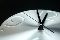 Zilveren klok op een zwarte achtergrond Royalty-vrije Stock Fotografie