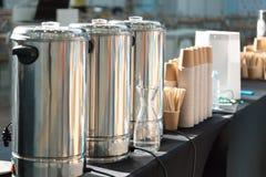Zilveren koffiezetapparaat, koppen en ingrediënten Stock Foto's