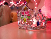 Zilveren kroon op een kleurrijke achtergrond Royalty-vrije Stock Afbeelding
