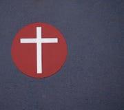 Zilveren Kruis op rode cirkel. Royalty-vrije Stock Afbeelding