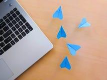 Zilveren laptop en groep blauw document vliegtuig Royalty-vrije Stock Afbeelding