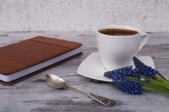 Zilveren lepel, witte kop met koffie Stock Foto