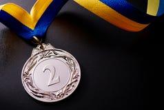 Zilveren medaille op een donkere achtergrond royalty-vrije stock afbeeldingen