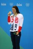 Zilveren medaillewinnaar Jazmin Carlin van Groot-Brittannië tijdens medailleceremonie na de het vrije slagconcurrentie van Vrouwe Stock Afbeelding