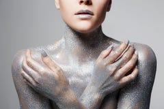 Zilveren meisje Mooie Vrouw in Fonkelingen stock foto