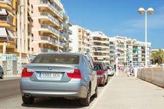 Zilveren-metaal moderne auto BMW 3 reeksen over zonnige straat, Torrevi Stock Afbeeldingen