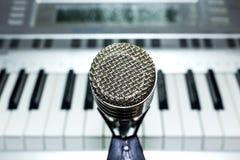 Zilveren microfoon op rekclose-up stock afbeelding