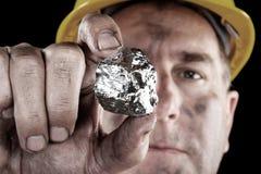 Zilveren mijnwerker met goudklompje Stock Fotografie