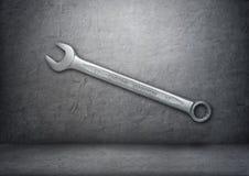 Zilveren moersleutel met het vanadium ` van het woorden` chroom op de grijze concrete muur stock fotografie