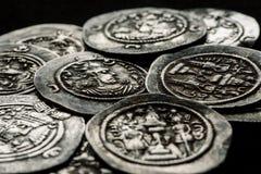 Zilveren muntstukken af oud Perzië op een zwarte achtergrond Stock Foto