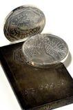 Zilveren muntstukken en baar stock afbeeldingen