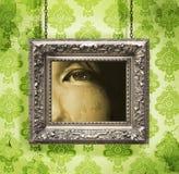 Zilveren omlijsting die tegen bloemenbehang wordt gehangen Royalty-vrije Stock Foto's