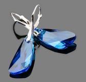 Zilveren oorringen met blauw kristal Stock Foto