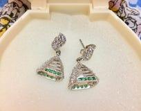 Zilveren oorringen met fijne ontwerpen Royalty-vrije Stock Afbeelding