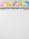 Zilveren paperclippen en kleurrijke kleverige nota's over een witte backgrou Royalty-vrije Stock Fotografie