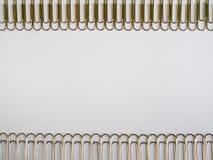 Zilveren paperclippen op een witte achtergrond met vrije tekstruimte Royalty-vrije Stock Foto's
