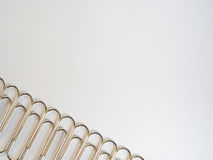 Zilveren paperclippen op een witte achtergrond met vrije tekstruimte Stock Foto