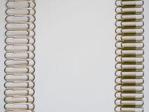 Zilveren paperclippen op een witte achtergrond met vrije tekstruimte Stock Foto's