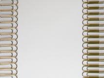 Zilveren paperclippen op een witte achtergrond met vrije tekstruimte Royalty-vrije Stock Afbeelding