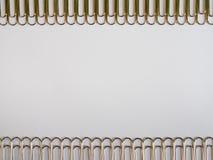 Zilveren paperclippen op een witte achtergrond met vrije tekstruimte Stock Afbeelding
