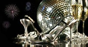 Zilveren partijschoenen met champagneglazen Stock Afbeeldingen