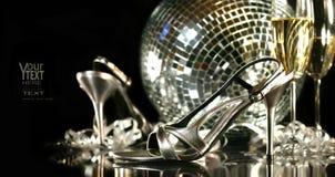 Zilveren partijschoenen met champagneglazen Royalty-vrije Stock Foto