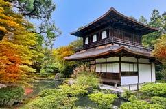 Zilveren Pavillion in Japanse tuin Zen in Kyoto Stock Foto's