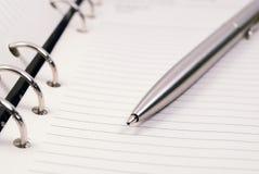 Zilveren pen op spiraalvormige organisator royalty-vrije stock foto's