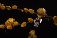 Zilveren ring en gele bloemen stock afbeelding