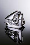 Zilveren ring met diamanten. Royalty-vrije Stock Foto