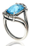Zilveren ring met een groot kristal Stock Afbeeldingen