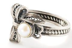 Zilveren ring met parels Stock Fotografie