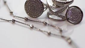 Zilveren ring met stenen en fijne zilveren ketting stock videobeelden