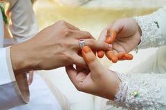 Zilveren ring op mensenvinger Stock Afbeeldingen
