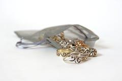Zilveren ringen die uit een zak morsen royalty-vrije stock afbeelding