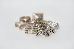 Zilveren ringen op wit royalty-vrije stock afbeeldingen