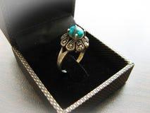 Zilveren rings blauwe turkooise steen Close-up van zilveren die ring met blauwe turkooise steen wordt verfraaid stock foto's