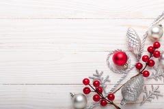 Zilveren rode Kerstmisgiften op witte houten achtergrond royalty-vrije stock fotografie