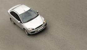 Zilveren sedanauto, die snel drijft stock fotografie