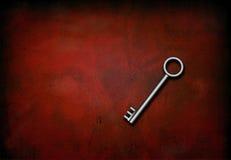 Zilveren Sleutel op Rood Stock Fotografie