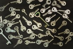 Zilveren sleutels op een donkere houten raad Verschillende types van sleutels Sleutel tot het Hart Royalty-vrije Stock Fotografie