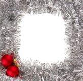 Zilveren slingerframe en de rode snuisterijen van Kerstmis Royalty-vrije Stock Foto's
