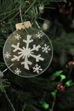 Zilveren Sneeuwvlokornament op een Kerstboom Stock Afbeeldingen