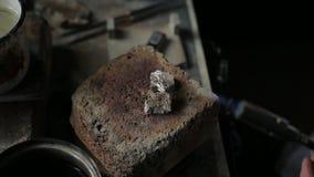 Zilveren soldeersel voor de ring stock video