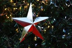 Zilveren Sterkerstmis op de achtergrond van de Kerstmisboom Stock Foto's