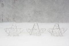 Zilveren Sterren in de sneeuw, Kerstkaart Stock Foto